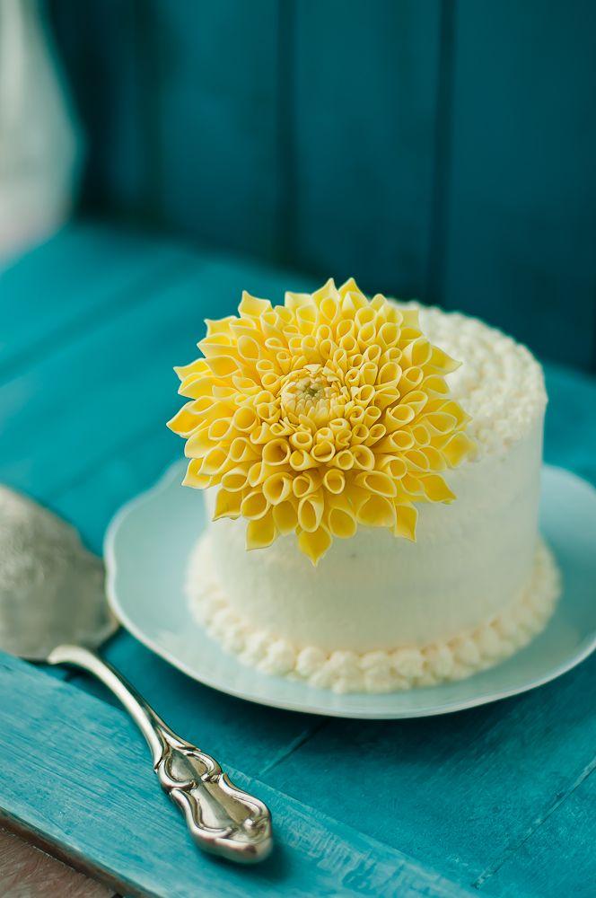 Sokerimassasta tehty kukkanen kirkastaa kakun kuin pieni aurinko #sunny #cake #decorating #kakku #kukka
