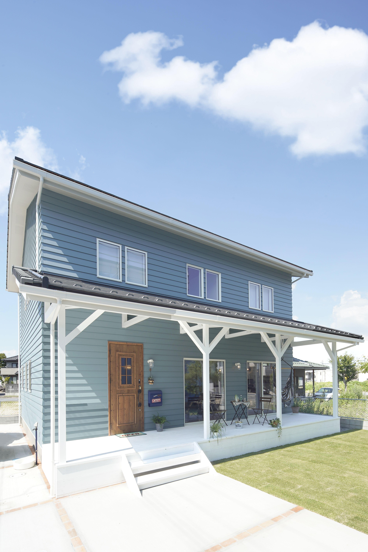 ブルー外観が特徴のかっこいいカリフォルニアスタイル 住宅 外観 家