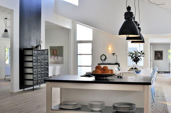 White Keuken Stoere : Zwarte hanglampen in een keuken stoere stalen kast interieur