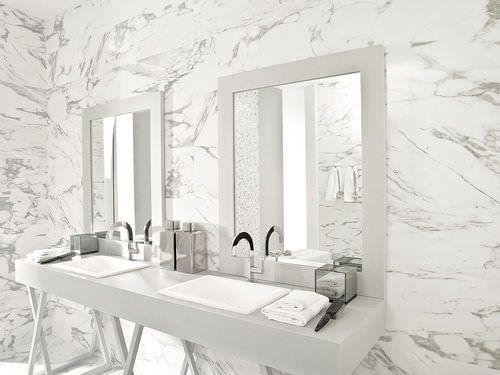 Carrelage mural en céramique de salle de bain : aspect marbre ...