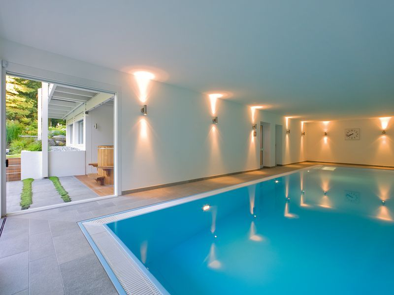 huf haus mit indoor pool fertighaus pinterest moderne wohnzimmer fertigh user und weiss. Black Bedroom Furniture Sets. Home Design Ideas