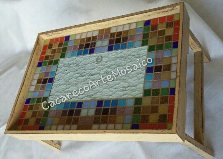 Bandeja com convite de casamento. Mosaico com pastilhas de vidro.