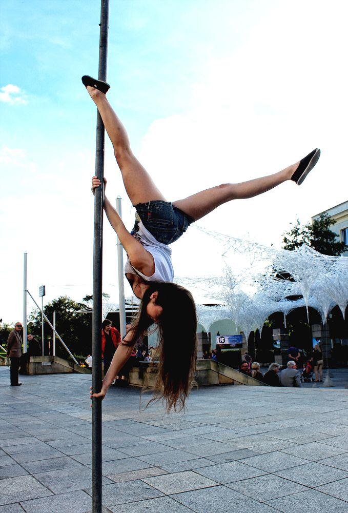 pole dance street - Google Search | Le pilates, Mode