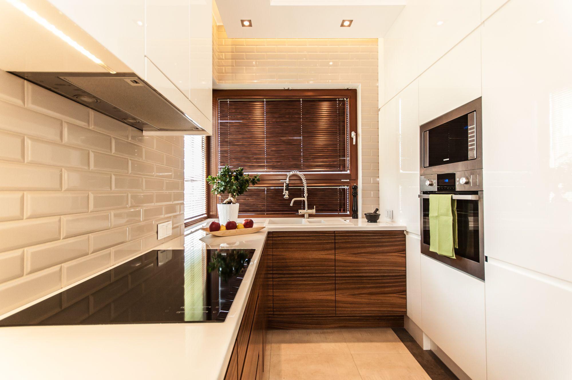 Biala Kuchnia Z Elementami Cegly I Drewna House Design Home Architect
