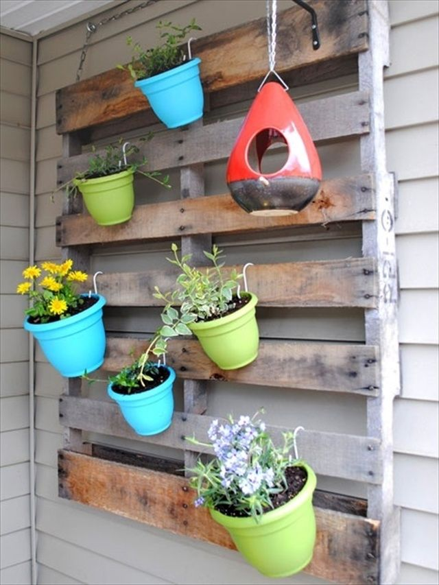 Vertical gardens out of pallets pallet furniture - Jardin vertical pallet ...