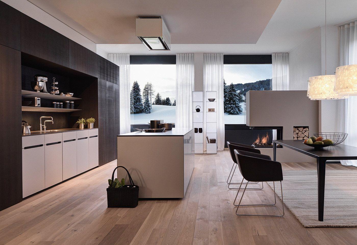 Die freistehende Kochinsel als Raumtrenner zwischen Küche und