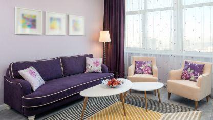 Ideas Para Combinar Un Sofa Morado Hogarmania Sofas De Colores Decoracion Con Sofa Rojo Cojines De Colores