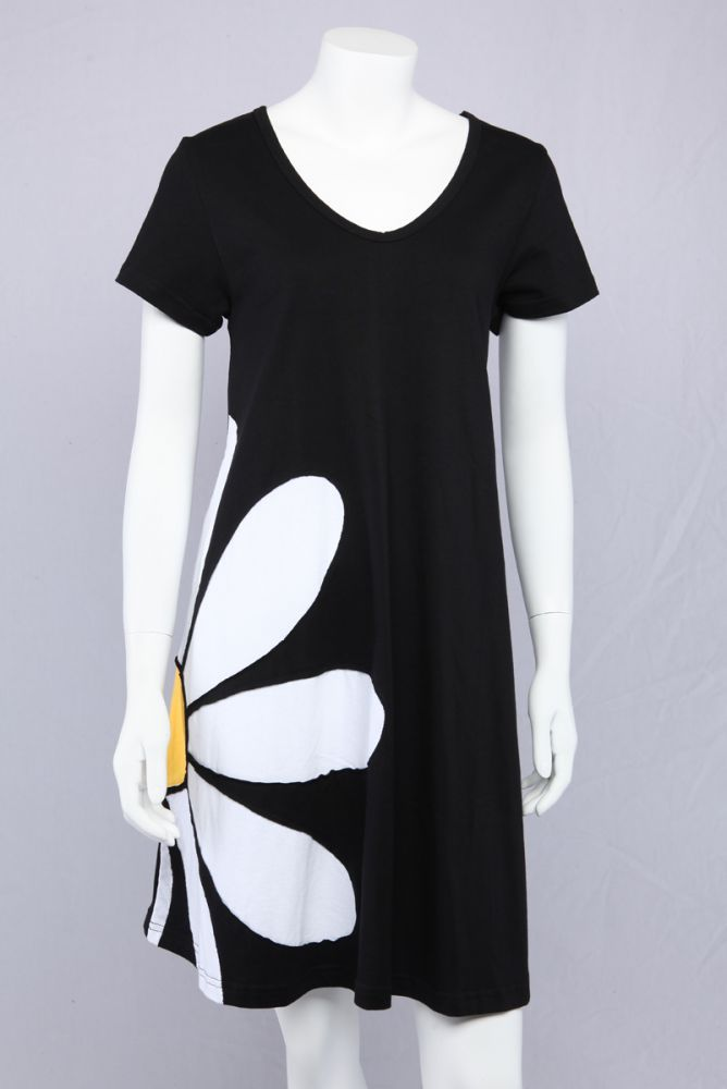 17a859666fc6 Sort A-kjole med marguerit. Vores mest populære model igennem flere år. Den  klassiske marguerit er tidsløs.