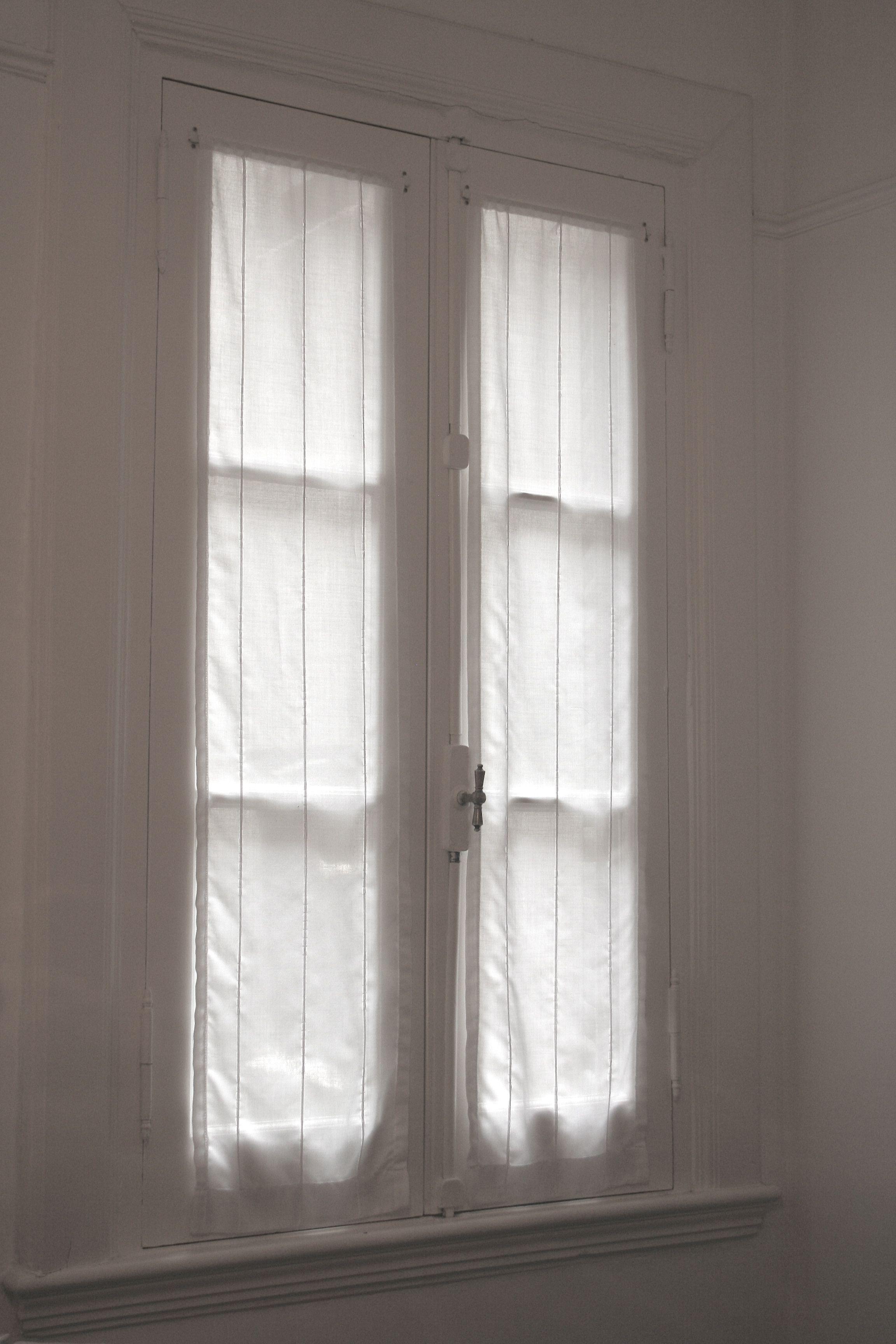 Visillos de gasa con fantasia para ventana antigua de - Cortinas para puertas correderas ...