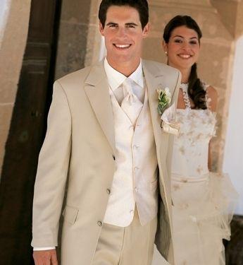 ljus kostym bröllop