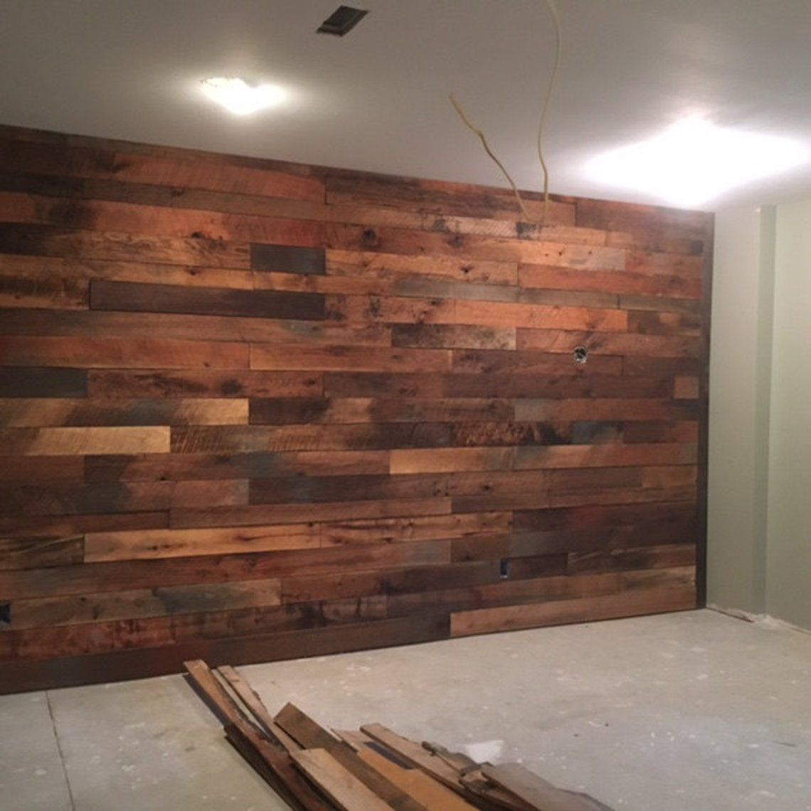 Greenery On Wood Accent Wall: Rough Wood Accent Wall En 2019