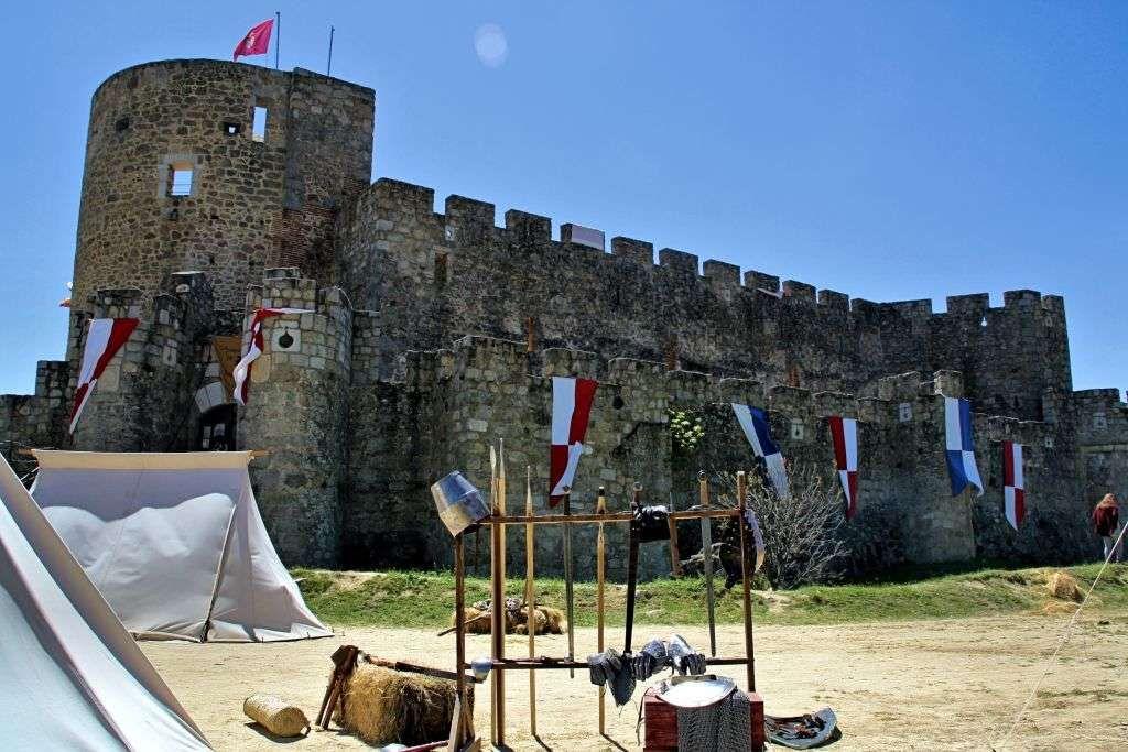 El Castillo de La Adrada, amoríos históricos y sombras del pasado. Ávila. Castilla-León