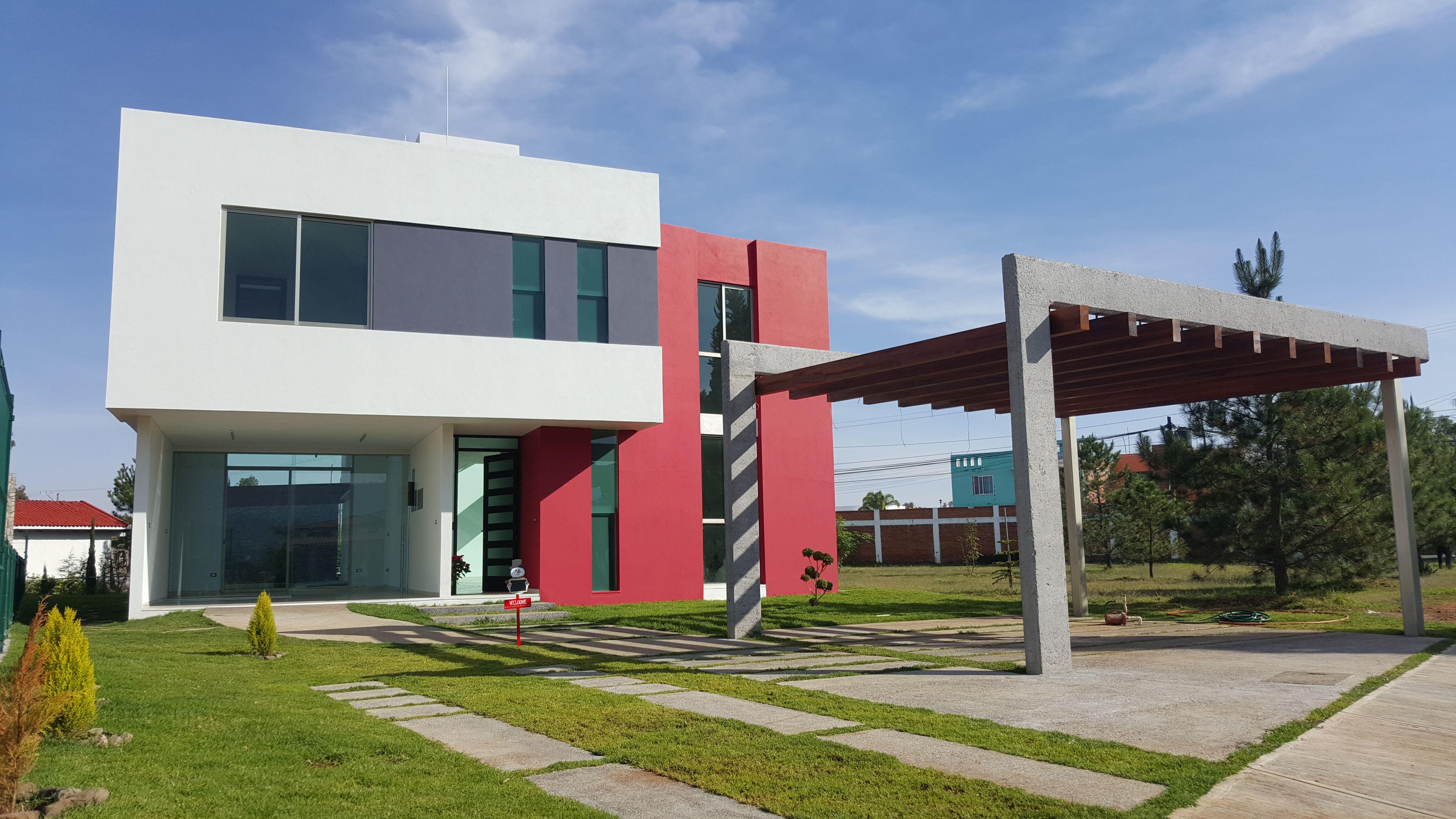 Fachada rojo blanco madera concreto pergolas casa zavala for Casa minimalista rojo