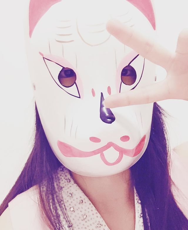 ATTENTION⚠Funny pic!!!Shot of me and my favorite mask. Now I felt I'm home! ☺️ #lazyfilter #selfiewithamask #foxmask #mask #selfie 2016/06/11 9:44 PM
