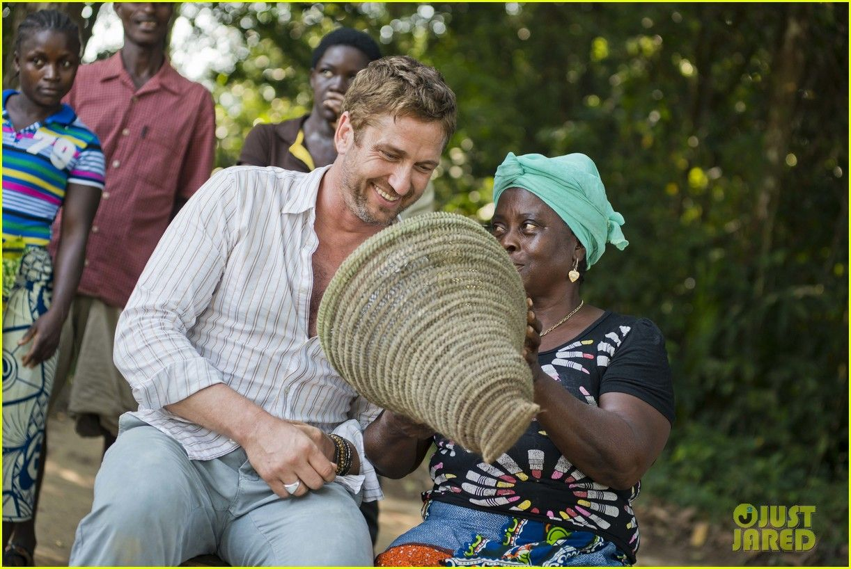 Gerard Butler gets a crash course in basket weaving during his visit to Liberia with Scottish charity Mary's Meals: December, 2013