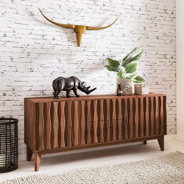 Fernweh lässt sich mit teuren Reisen lindern – oder mit der richtigen Einrichtung. Wie wäre es zum Beispiel mit Möbeln im afrikanischen Stil?  Die fantasievoll designte Kommode zieht durch ihre Machart den Blick immer wieder auf sich.  -> Link in Bio!  ---- #finebuy #sideboard #rosenholz #massivholz #sheesham #sheeshamholz #kommode #wohnzimmer  #wohnen #home #livingroom #homesweethome #interior4all #instahome #furniture #interieur #furnituredesign #interiorstyle #produc #afrikanischerstil