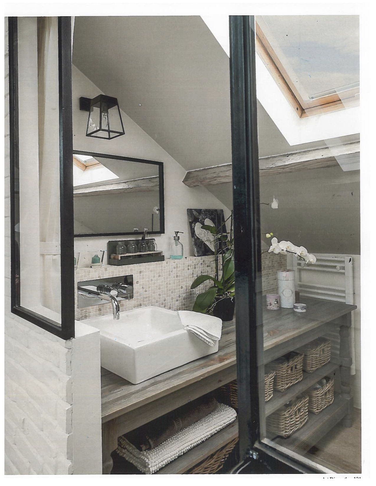 une petite salle de bain pleine de charme | bathroom