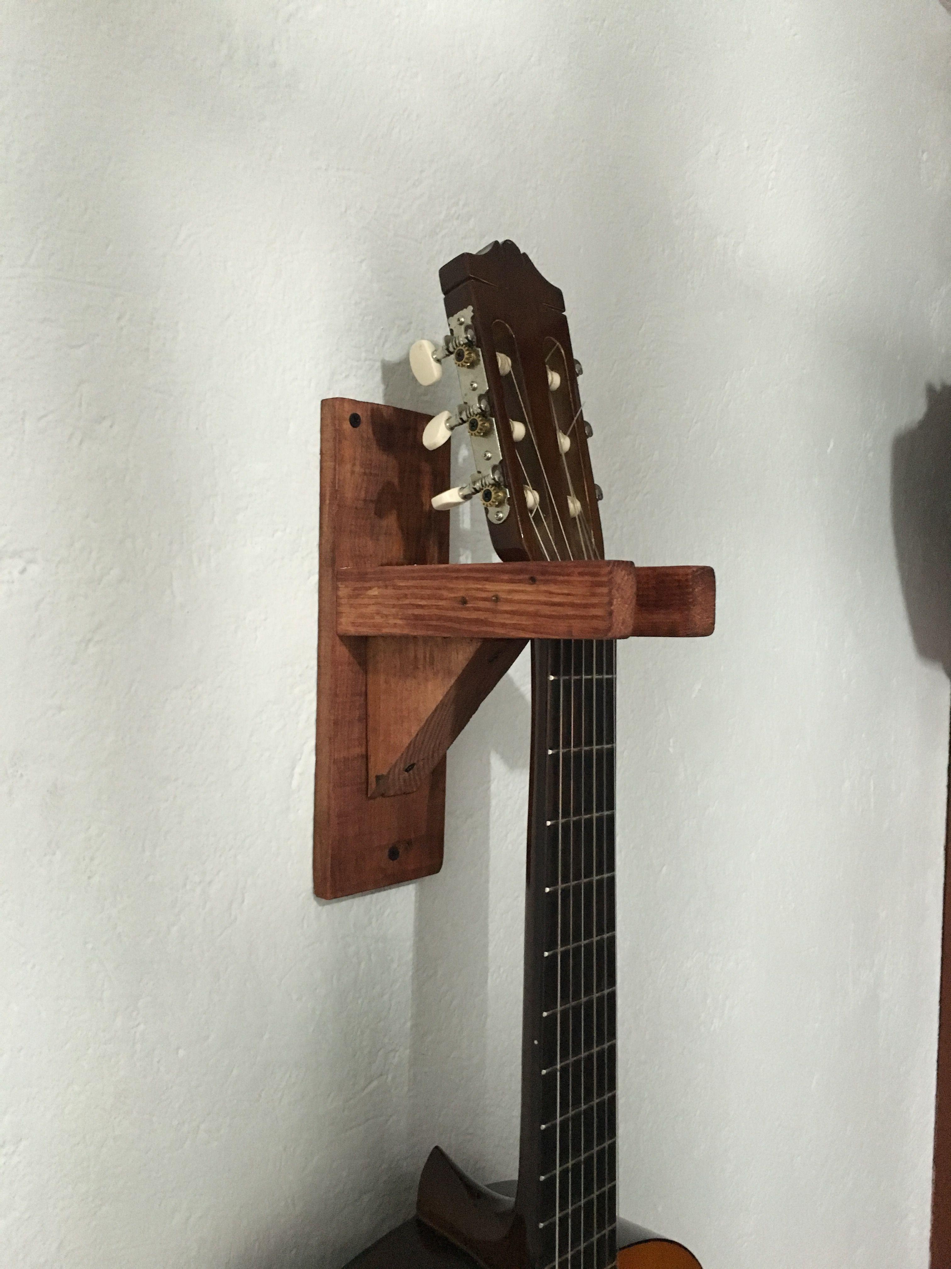 Soporte para guitarra con madera reciclada reciclaje for Cosas con madera reciclada