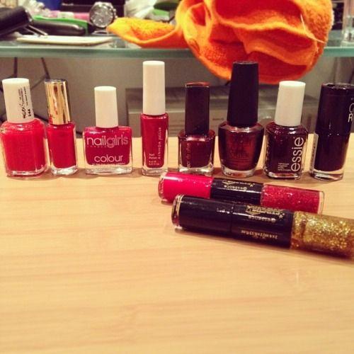 El problema de tener tantos esmaltes es elegir uno cuando te quieres pintar las uñas…  #dilema #dificileleccion #esmlates #nailpolish #smalti #autumn #fall #autunno #tardor #manicura #manicure #nails #red #burgundy #maroon #justcaludiab