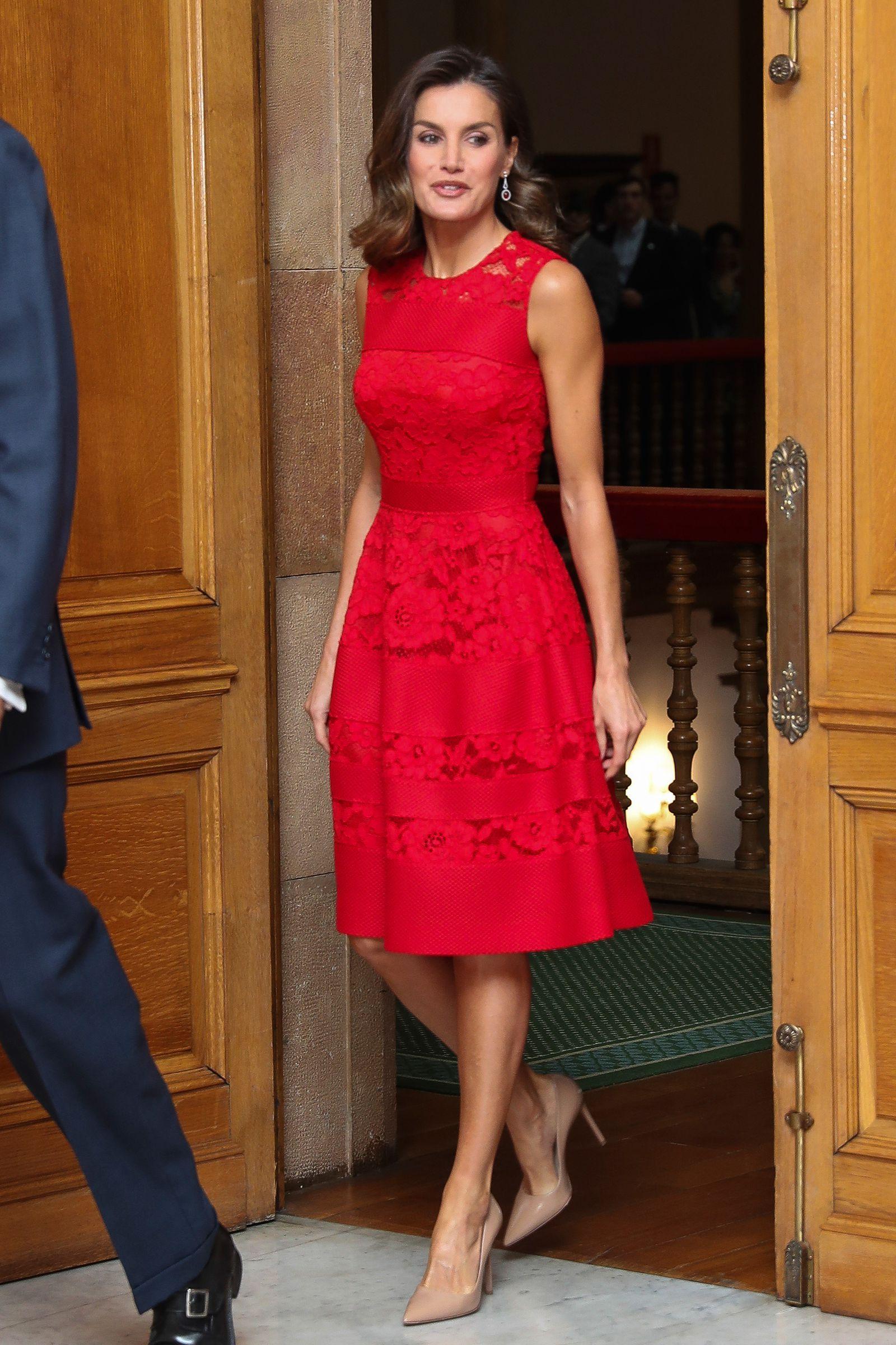 La reina Letizia repite uno de sus vestidos de Carolina Herrera más acertados | Vestido rojo encaje, Vestidos de moda, Vestidos de encaje