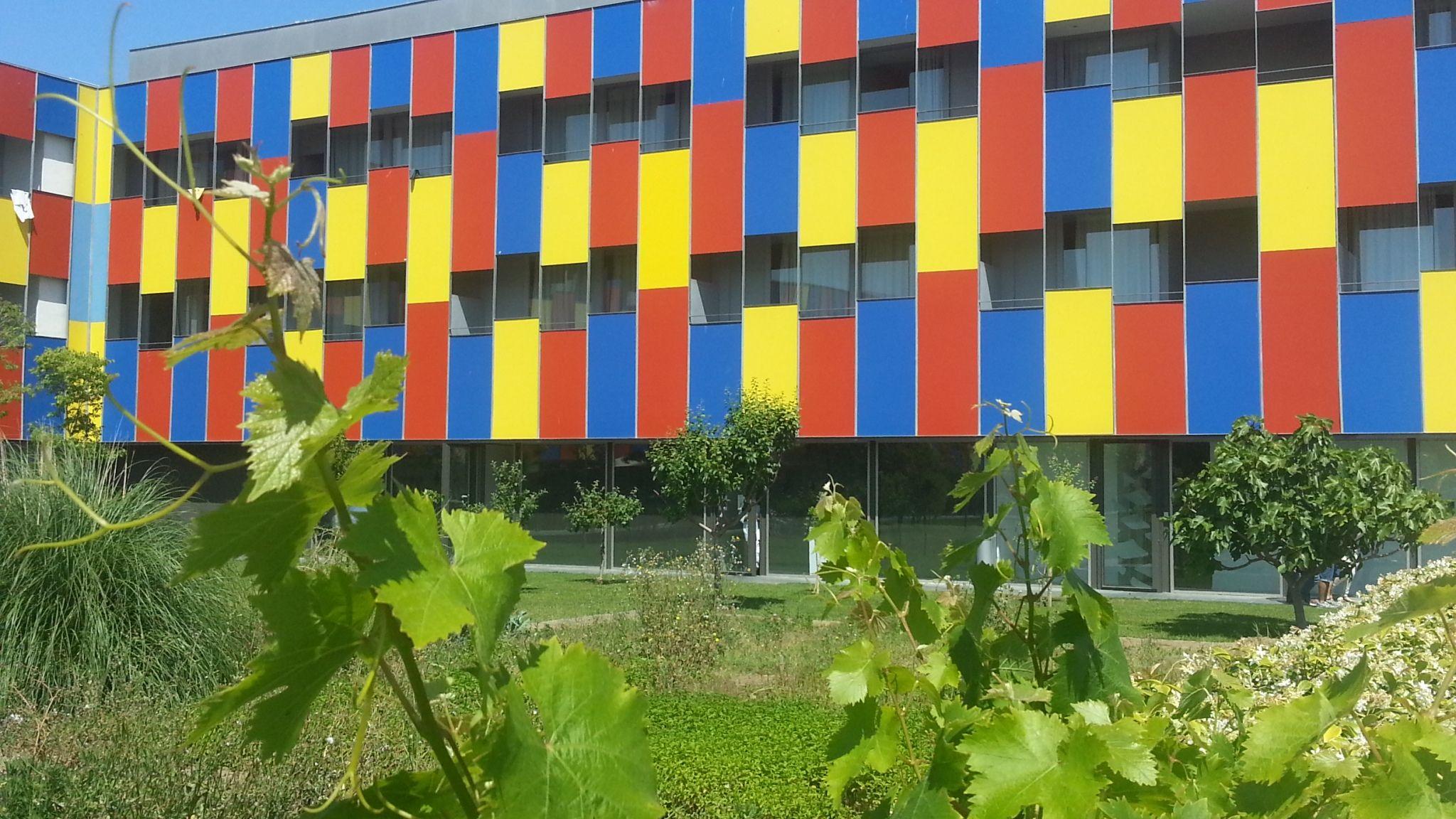 Albergue Centre Esplai Barcelona, habitaciones con terraza con vistas a jardín interior.