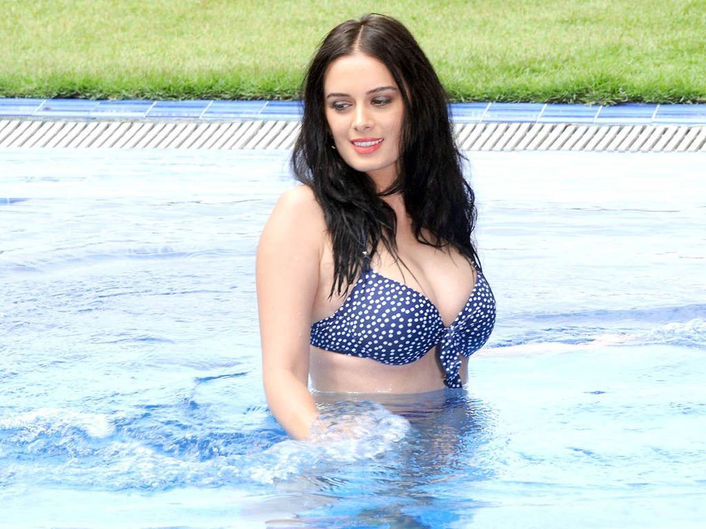 images Evelyn Sharma