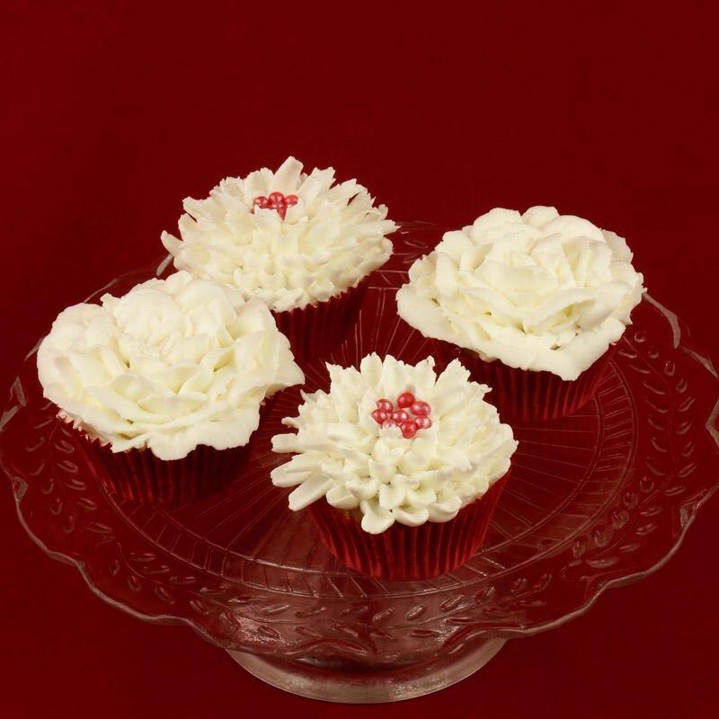 Cupcakes met een heerlijke en mooie topping van Swiss Merengue botercreme. Op de cupcake gespoten als een bloem, zoals bijvoorbeeld een witte roos opgebouwd uit losse blaadjes...<3