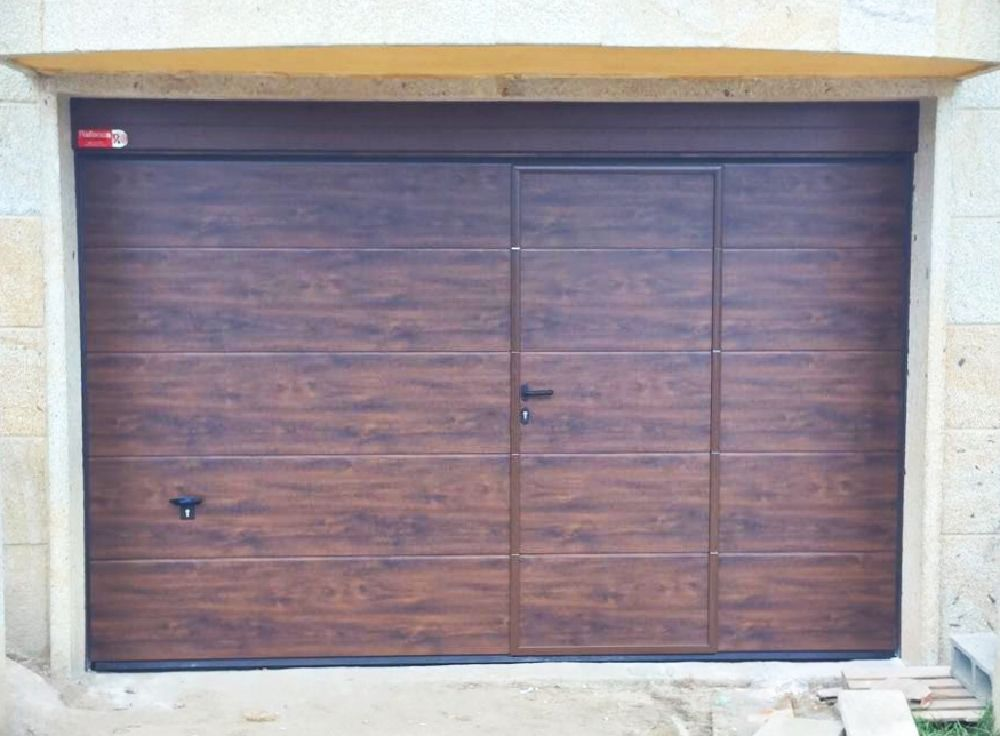 Seccional Novoferm Iso 45 Imitación Madera Con Puerta Peatonal Insertada Premium Garage Doors Outdoor Decor Home Decor