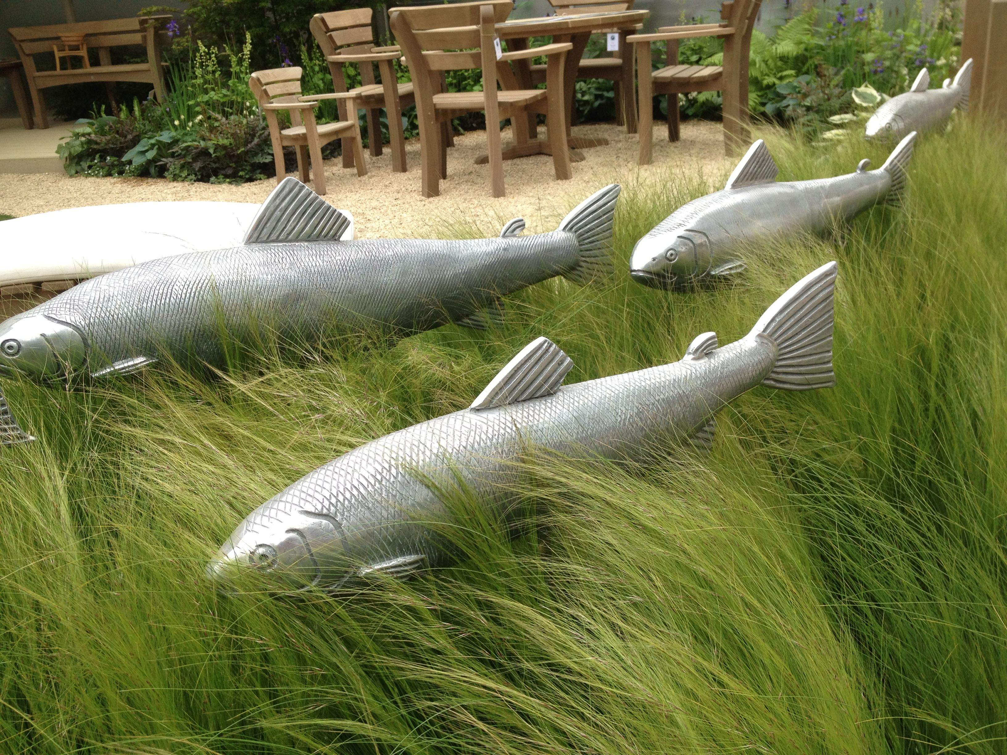 We love these fish sculptures by paul amey exotic garden for Fish garden statue