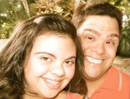 Foto de adolescentes con síndrome de Down, sonrientes