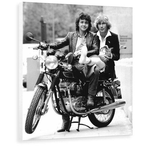 Photo of George Oliver Photographic Print David Essex and James Hunt on a motorcycle by Associated Newspapers | Wayfair.de