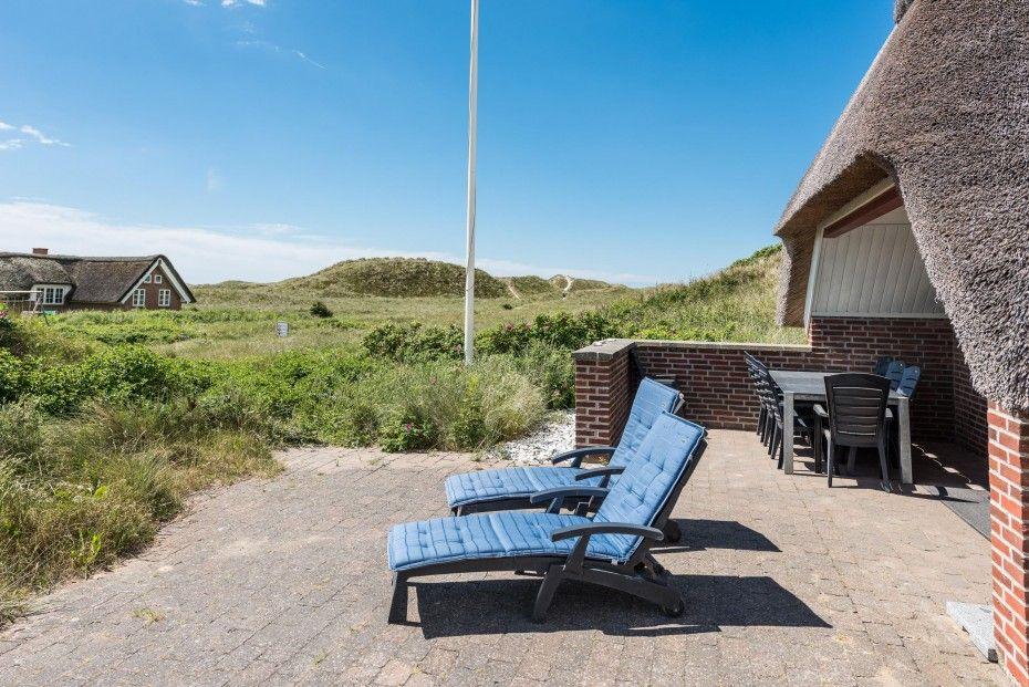 Suchst du nach einem charmanten Reetdachhaus in der Nähe von Søndervig, dann ist dieses gemütliche Haus eine ideale Wahl für den Familienurlaub.