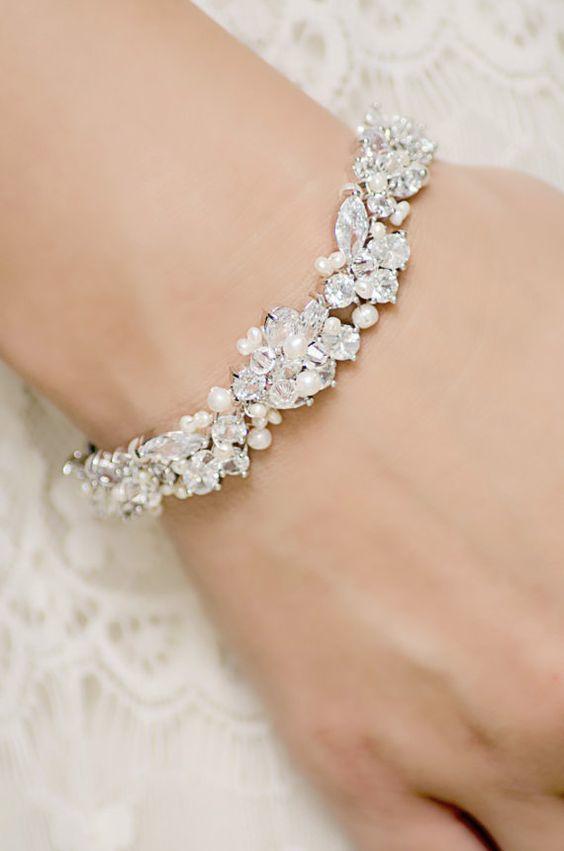 3fc3f7ce33ef Cómo decorar una pulsera con Cristales Swarovski para que luzca más ...