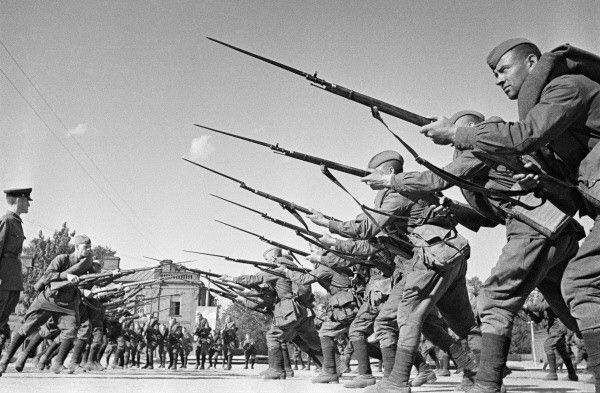 Foto propagandística del entrenamiento del Regimiento Voroshilov, Moscú, 30 de agosto de 1941