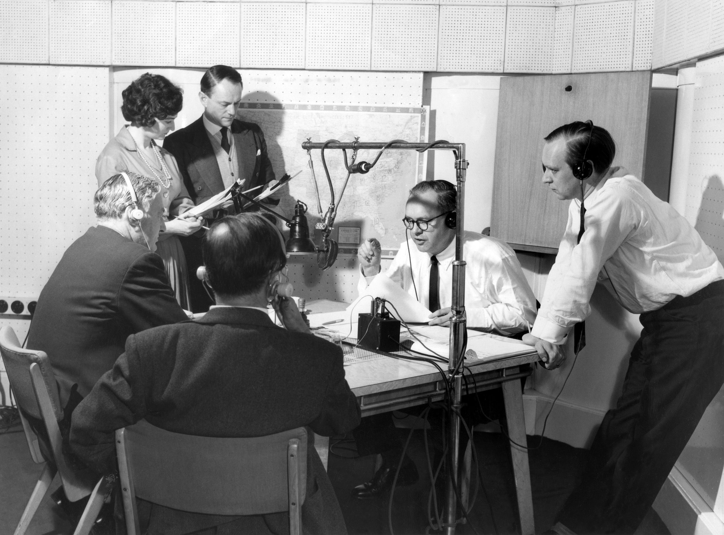 1960s news team. Scenes, Behind the scenes, Scene