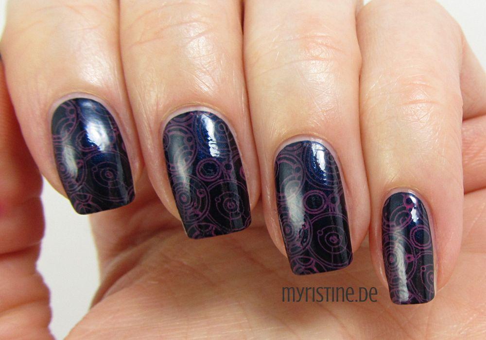 Dark Blue Nails mit Miss Behavin' (LEIGHTON DENNY, Sweet Petites Winter Collection)