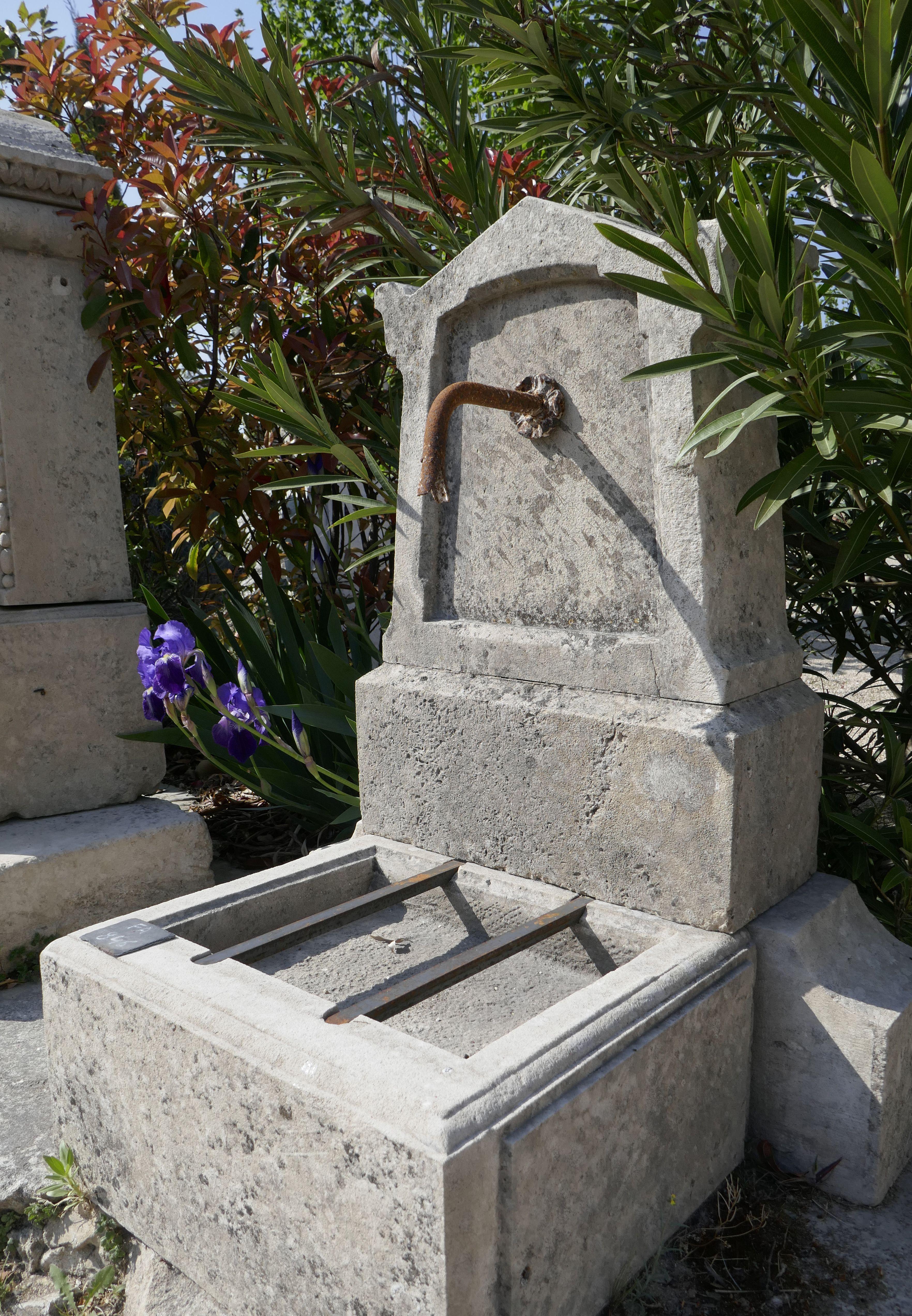 Cette Borne A Eau Pour Jardin Une Fontaine Murale De Petite