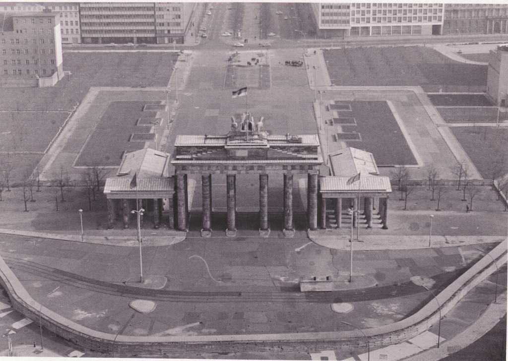 Brandenburg Tor And The Berlin Wall 1984 Berliner Mauer Brandenburger Tor Berlin Und Ostberlin