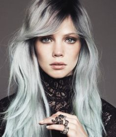 Les cheveux gris, la coloration tendance du moment