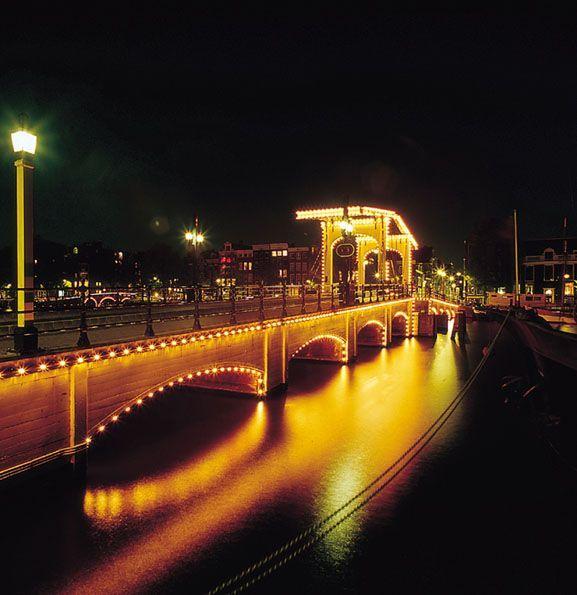 Magere Brug, uno de los #puentes más famosos de #Amsterdam - Disfruta #Amsterdam con nuestra #guía #turística http://www.viajaraamsterdam.com