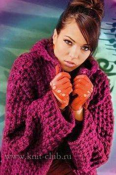 Красное вязаное пальто с капюшоном спицами