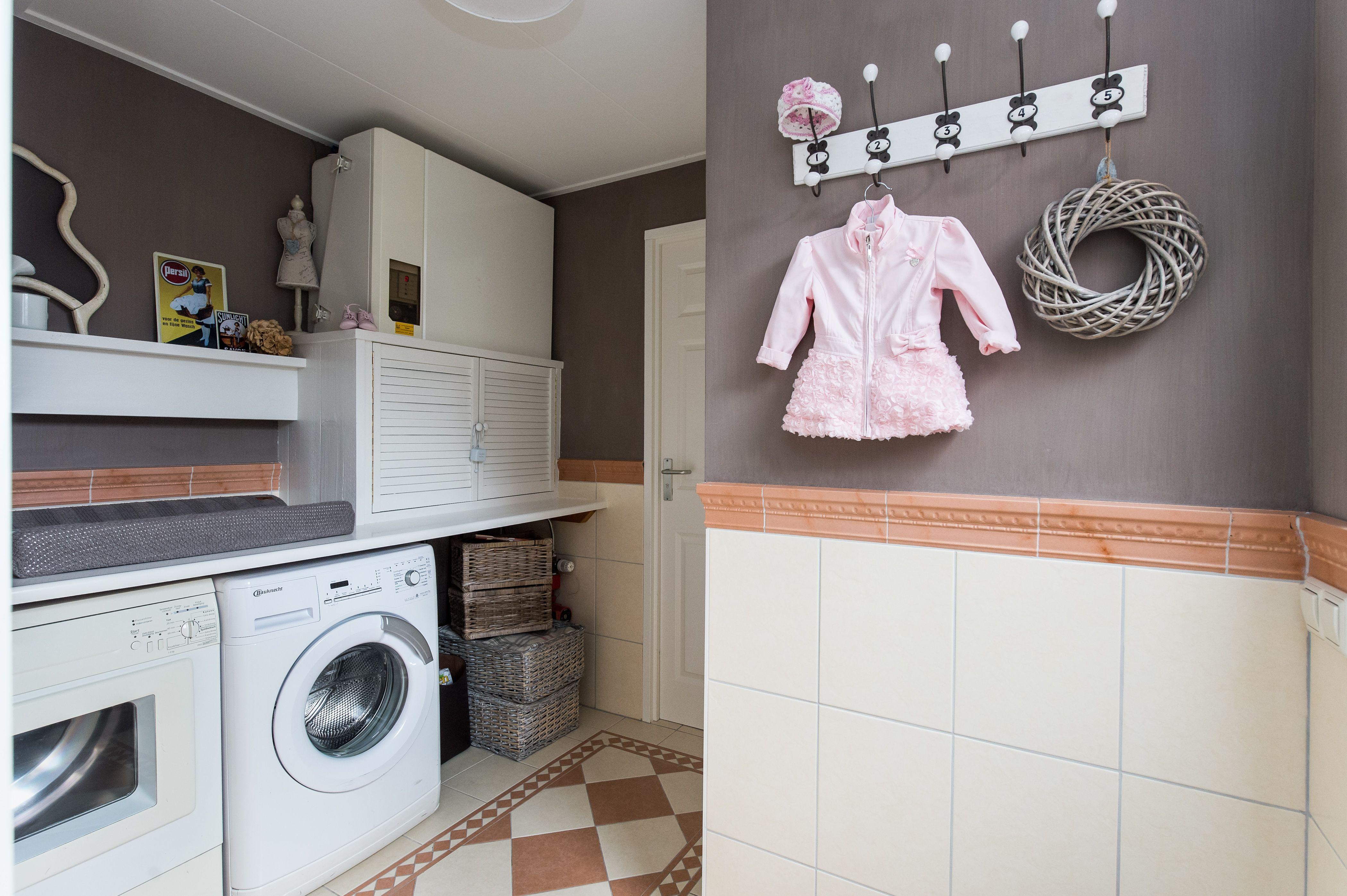 Bijkeuken met aansluiting voor wasmachine en droger kastje met