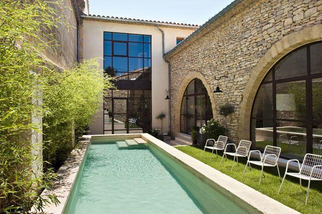la maison ouvre sur une cour int rieure et une piscine. Black Bedroom Furniture Sets. Home Design Ideas