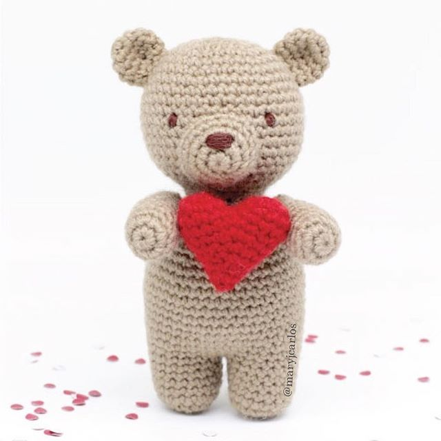 This sweet little teddy bear wants to send you lots of love! His ...