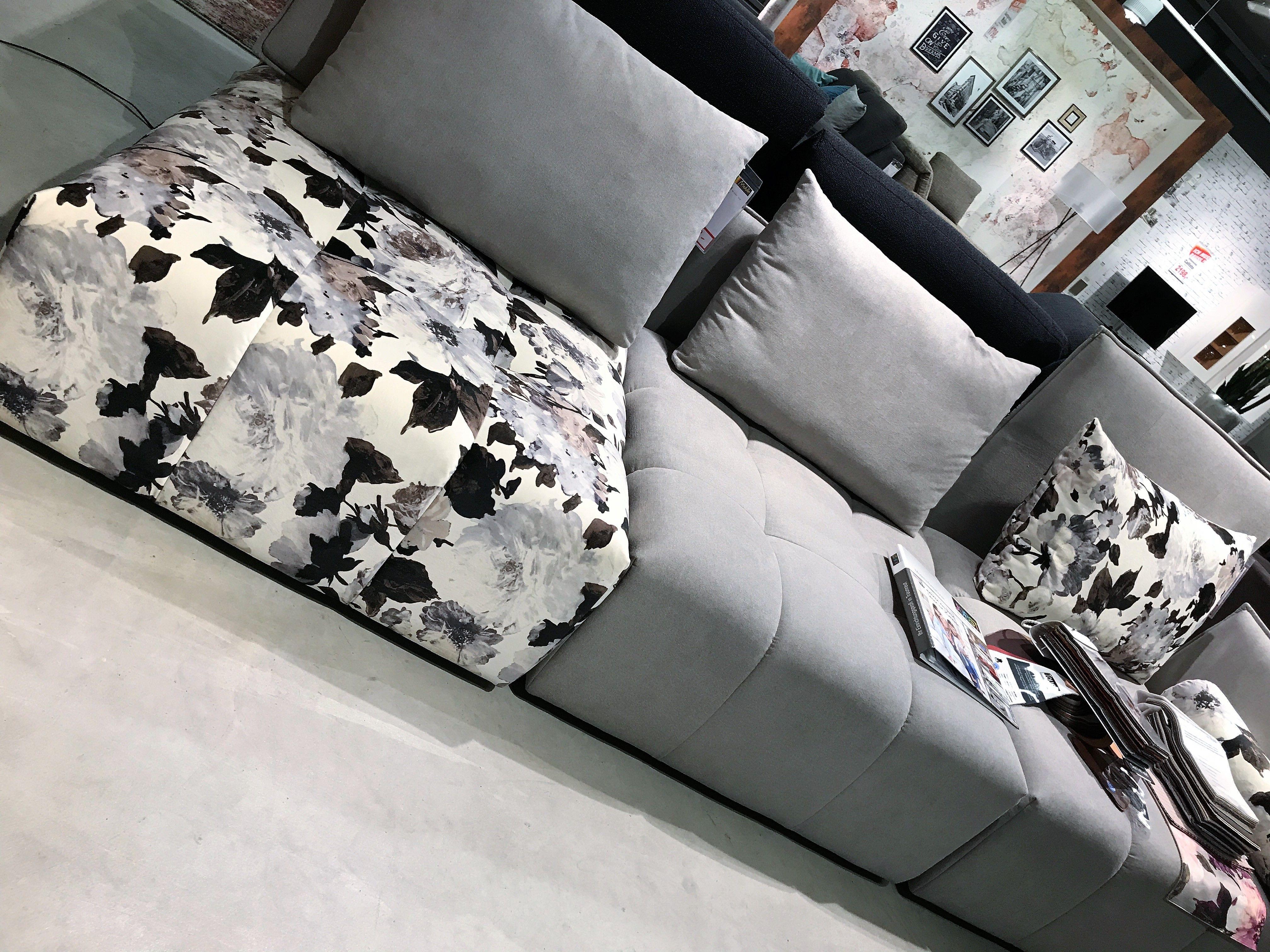 eine echte Traum Couch florales Muster und genügend Platz