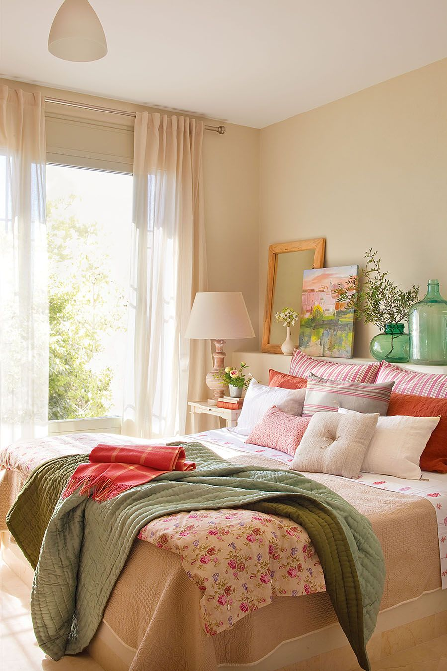 Dormitorio en tonos rosa y verde con colcha y plaid 344800 for Feng shui para el amor y matrimonio