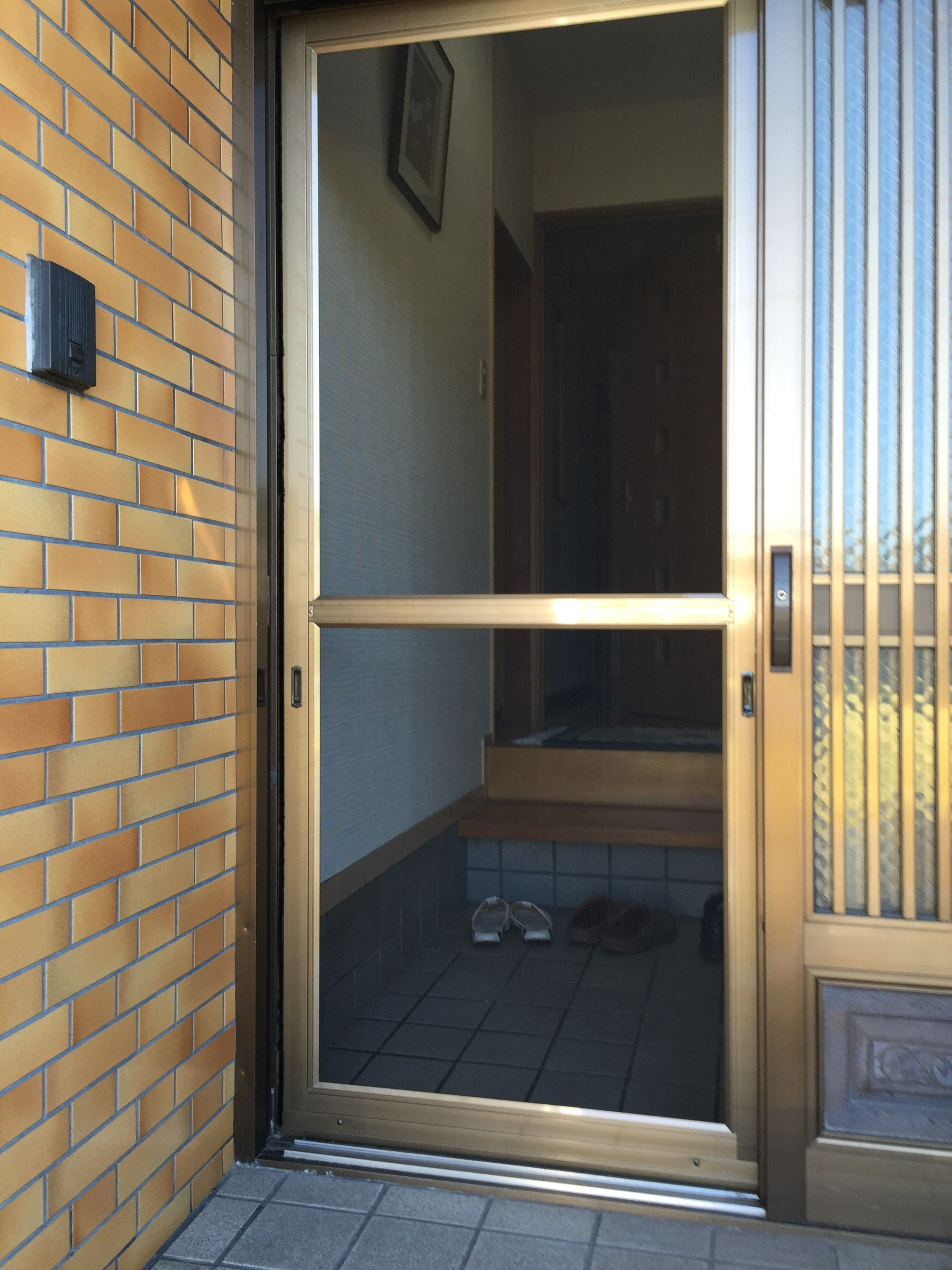 玄関引戸の網戸取り付け 名古屋のガラス交換 修理 取り付け グラス