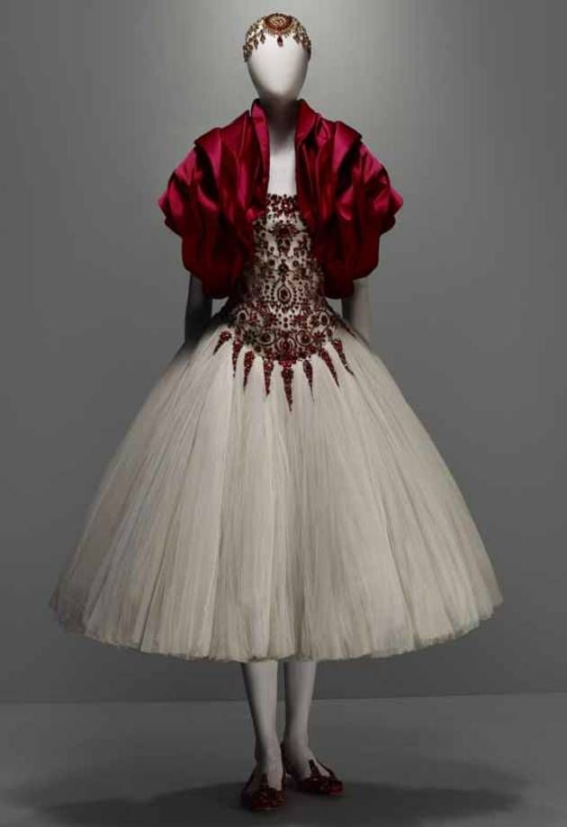A Review and Reflections on 'Alexander McQueen: Savage Beauty' at the Met's Costume Institute (Plus a Full Gallery of the Exhibit) - Fashion...