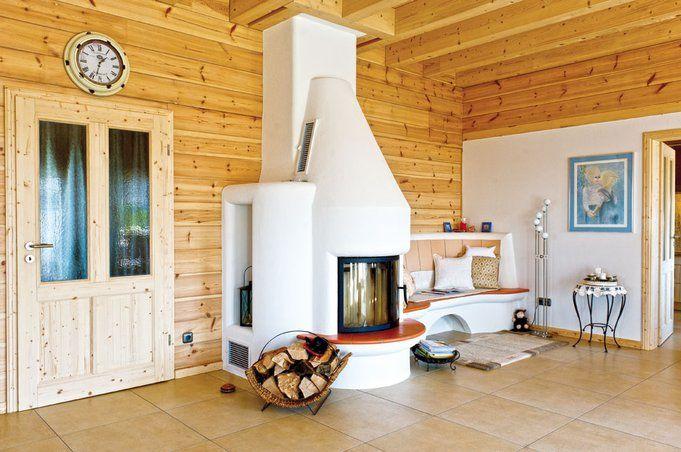 Der weiß verputzte Kachelofen mit passender Ofenbank strahlt Wärme - interieur in weis und marmor blockhaus bilder