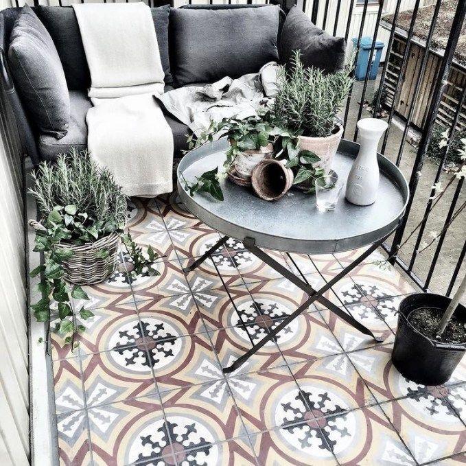 Bereit für den Frühling: Tipps und Tricks zum Einrichten deines kleinen Mini-Balkons. Gestalte dir deine kleine Freiluft-Oase mit Liiv's Balcony Style Guide. #kleinerbalkon